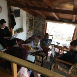 studenten zitten verspreid over de ruimte te werken aan hun scriptie