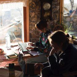 twee mensen in een ruimte werken achter een laptop