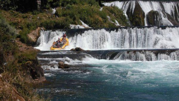 De hoge watervallen bij Martin Brod (Bosnië-Herzegovina) waar rafters vanaf komen