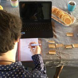 student werkt de opbouw van zijn scriptie uit met pen en papier op post-is