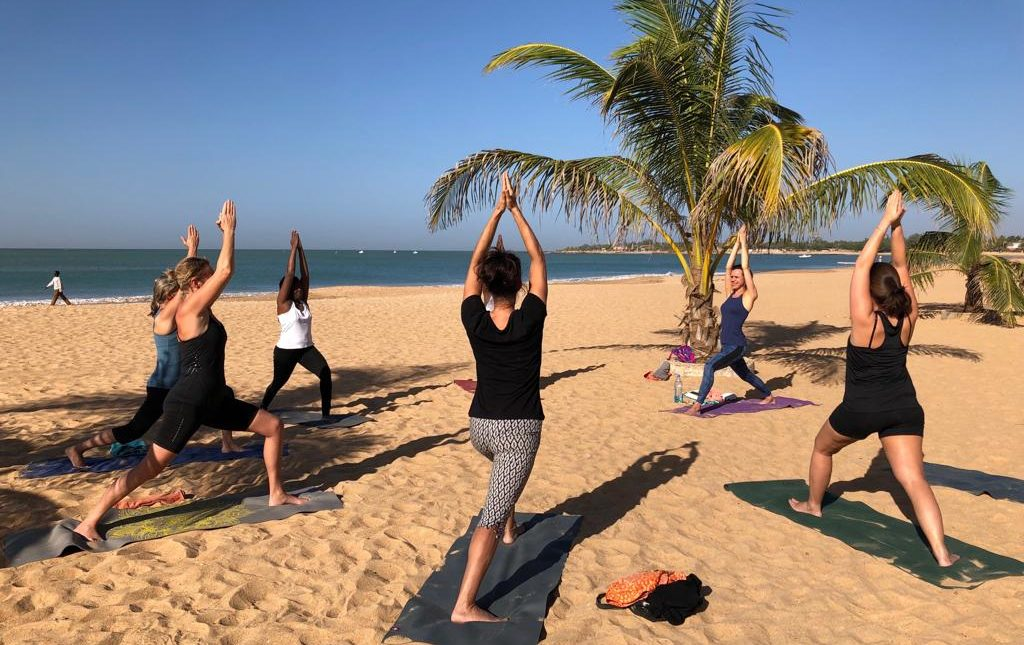 yoga op een verlaten strand in Senegal