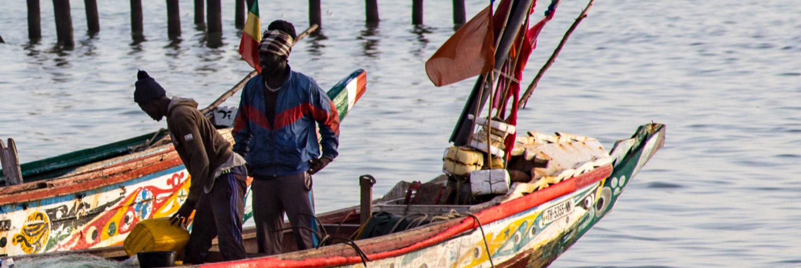 yogavakantie Senegal vissers in kleurrijke bootjes