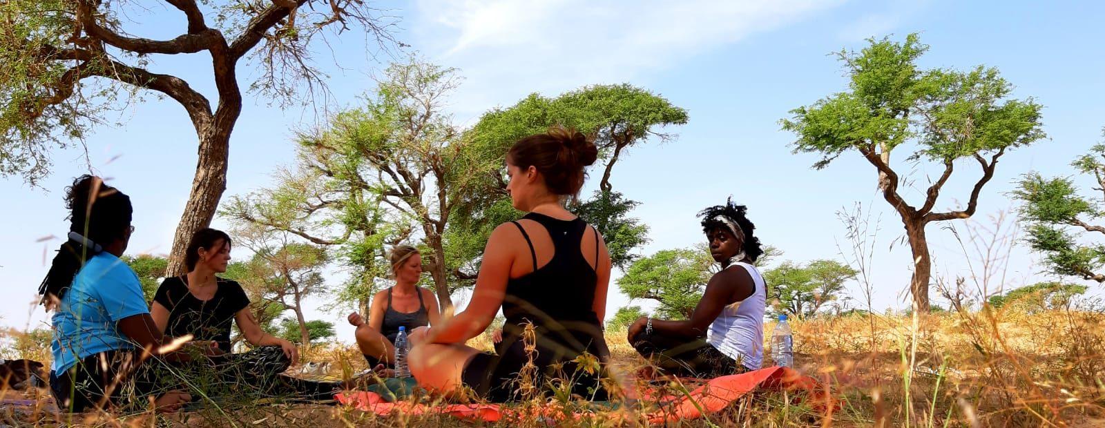 yogavakantie Senegal - yogasessie in Keur Hassan onder de bomen